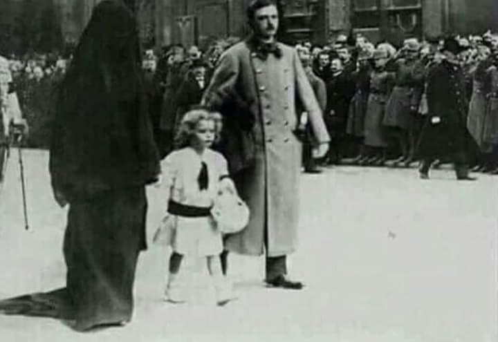امبراطور النمسا وزوجته بوهي ترتدي زي الحداد التقليدي وليس بالنقاب الإسلامي ادعاء مضلل فتبينوا
