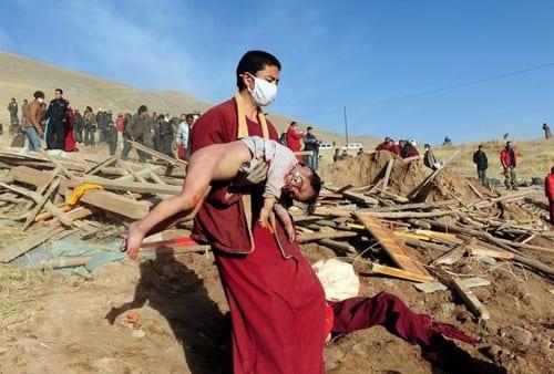 الصور ليست لأطفال بورما بل تعود إلى ضحايا الزلزال الذي ضرب بلدة جيغو في إقليم تشينغهاي في الصين عام 2010