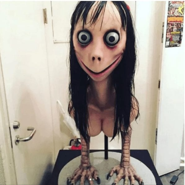 المرأة المزعومة في تحدي مومو الوهمي، ما هي إلا تمثال تم عرضه في2016 وكانت جزءًا من معرض فني في طوكيو (Vanilla) متخصص في فن الرعب