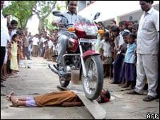 فنون قاتلية دهس دراجة نارية لطفلة