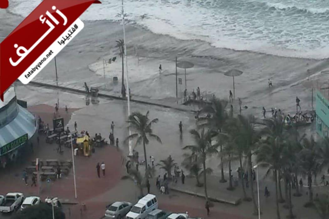 صورة تظهر ضرب الأمواج لشاطىء في جنوب أفريقيا عام 2017 وليس اعصار بالصين