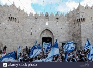 """الصورة هي من احتفالات ينظمها مستوطنون وتعرف بمسيرة """"رقصة الأعلام"""" احتفالًا باحتلال الشطر الشرقي لمدينة القدس عام 1967"""