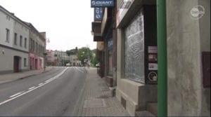 صورة تثبت أن الواجهة المحطمة هي واجهة متجر lombardu وليست واجهة مسجد