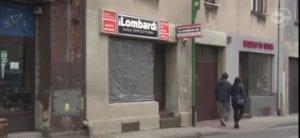صورة 3 تثبت أن الواجهة المحطمة هي واجهة متجر lombardu وليست واجهة مسجد