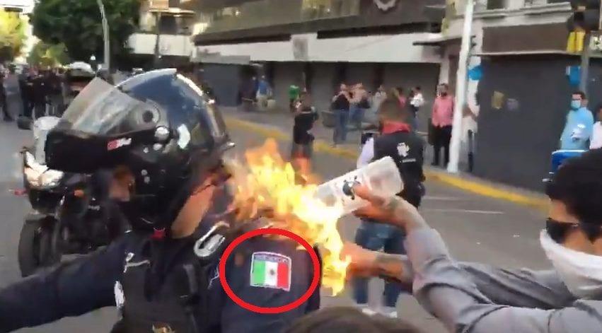 متظاهر يحرق شرطي