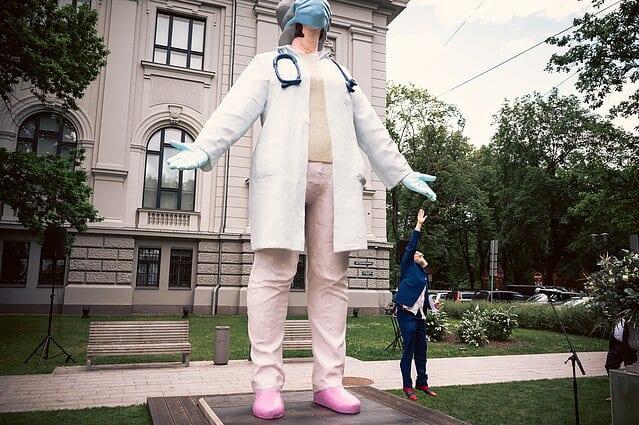تمثال الطبيبة