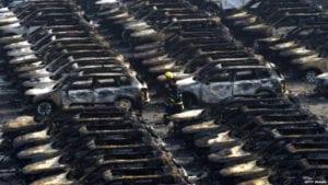 السيارات المحترقة في مدينة تيانجين الصينية