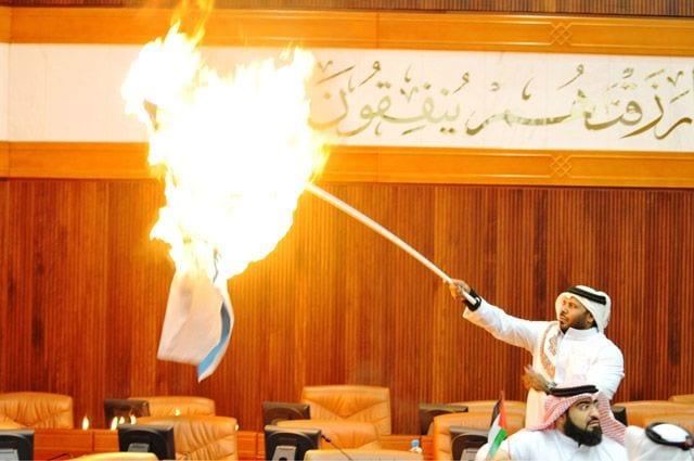 نائب البرلمان البحريني يحرق علم