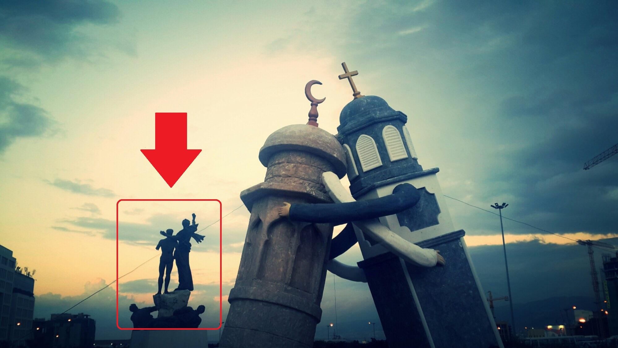 صورة ادعاء المسجد والكنيسة من زاوية أخرى والمنحوتة التي تظهر في الخلفية