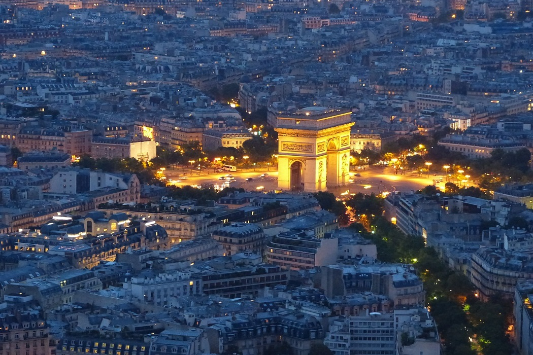 هذه صورة قوس النصر في باريس وليس مدينة روما فتبينوا