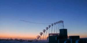 تُظهر هذه الصورة ذات الفاصل الزمني من 9 سبتمبر 2019 مسار رحلة مسبار الأوزون أثناء ارتفاعه في الغلاف الجوي فوق القطب الجنوبي من محطة القطب الجنوبي أموندسن-سكوت. يطلق العلماء أجهزة الاستشعار المحمولة بالبالونات لقياس سماكة طبقة الأوزون الواقية في أعالي الغلاف الجوي. قروض: روبرت شوارتز / جامعة مينيسوتا