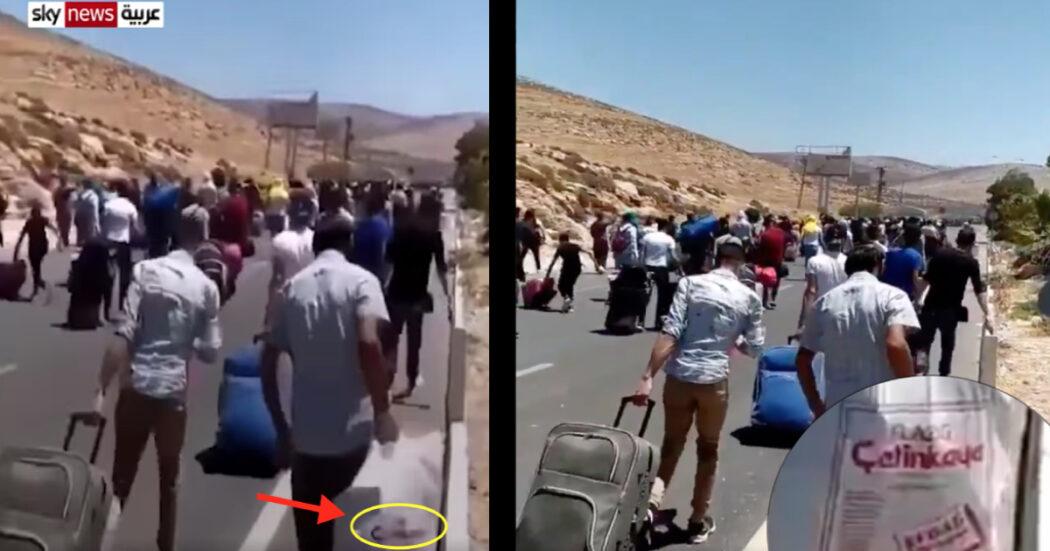 كيس يحمله أحد سوريين عائدين إلى بلادهم عبر الحدود التركية