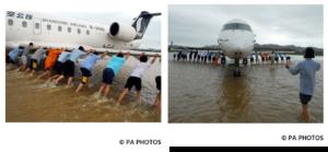 عمال مطار نيودلهي يدفعون طائرة عالقة